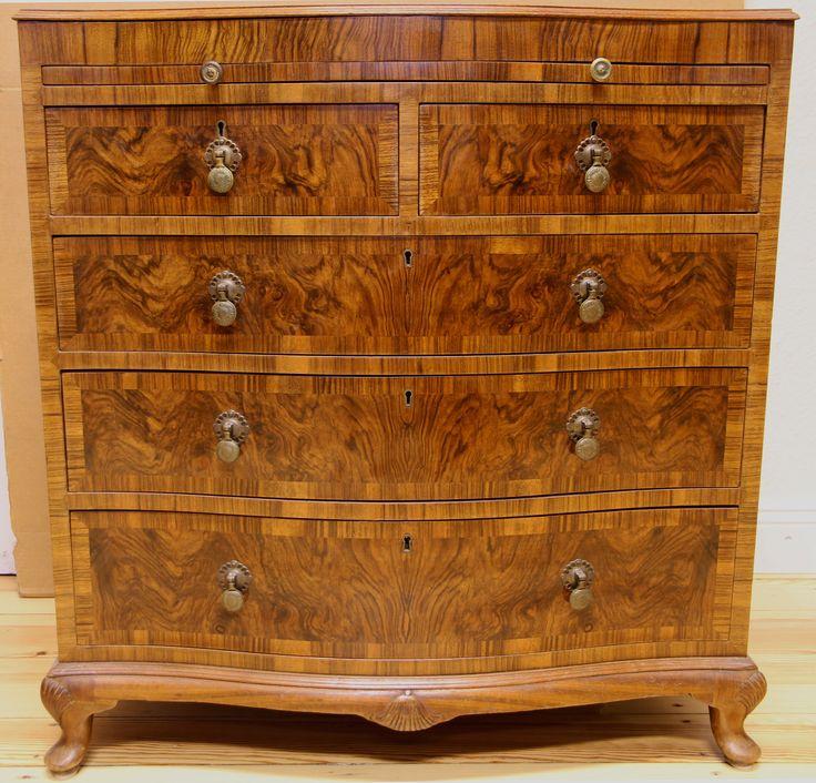 Elegante Barock Stil Kommode  Epoche : Barock Stil Holzart : Nussbaum Maße : Höhe 82 cm, Breite 81 cm, Tiefe 51 cm Kennung : Nr. 414