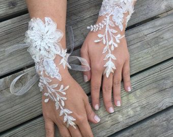 Gants Mitaines mariage Ivoire dentelle française. Gants de mariée... gants de mariage... gants de mariage... cadeau de la mariée... Gants de perles de strass... cadeau de mariée