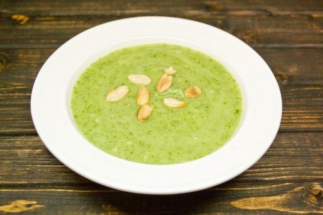 Для текстуры добавим в суп-пюре со шпинатом и кокосом обжаренный арахис