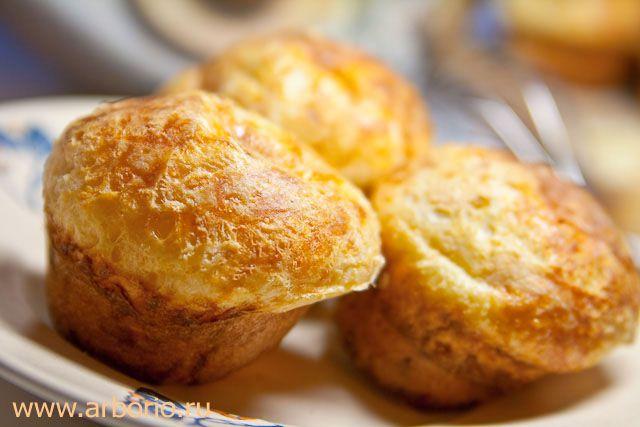 """Эти быстрые в приготовлении сырные булочки - дальние родственницы йоркширского пудинга. Как и любая закуска с сыром, сырные булочки отлично подходят в качестве аккомпанемента к прохладительным или легким спиртным напиткам, и должны подаваться горячими, прямо из духовки. Этот рецепт я взял из книги серии Good Cook, по-русски popovers означает что-то типа """"выпрыгушки"""", но за ними, кажется, уже закрепилось не менее смешное название """"поповеры"""". Что ж, поповеры так поповеры. Сырные…"""