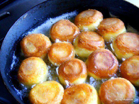 Сырные шарики — очень вкусное и популярное блюдо. Существует много способов их приготовить. Предлагаю Вам несложный рецепт жареных сырных шариков с чесноком. Продукты: - сыр твердый (200 г) - яйца к…