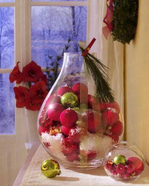 Christbaumkugeln mit Kunstschnee im Glas
