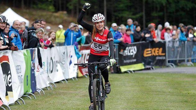 Vítězné gesto Gabriely Koukalové při závodu MČR v biatlonu na horských kolech.