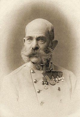 Keizer Frans Jozef I van Oostenrijk - Donderdag 16 april 1914, De Keizer is ziek al weken kamt de 83-jarige vorst met een longaandoening en een aanhoudende keelontsteking. De Keizer heeft alvast zijn troonopvolger Franz Ferdinand ontboden op het paleis in wenen. Geruchten over de zieke Keizer verspreiden zich, desondanks blijft de Keizer gewikkeld in dekens en met koorts zijn taken zoals steeds volbrengen.