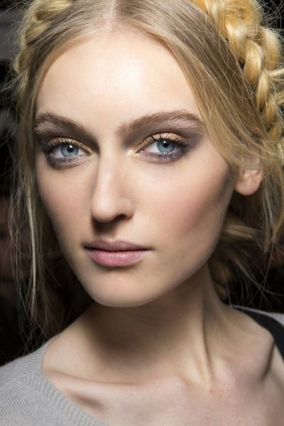 Oční stíny v zemitých odstínech podporují přirozený vzhled make-upu. Chcete si to zkusit? Objednejte se na www.vizazprotvar.cz