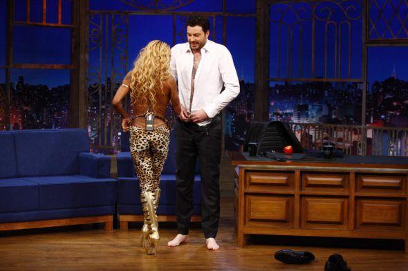 Inês Brasil convida Danilo Gentili para fazer a fazer um striptease no 'The Noite'