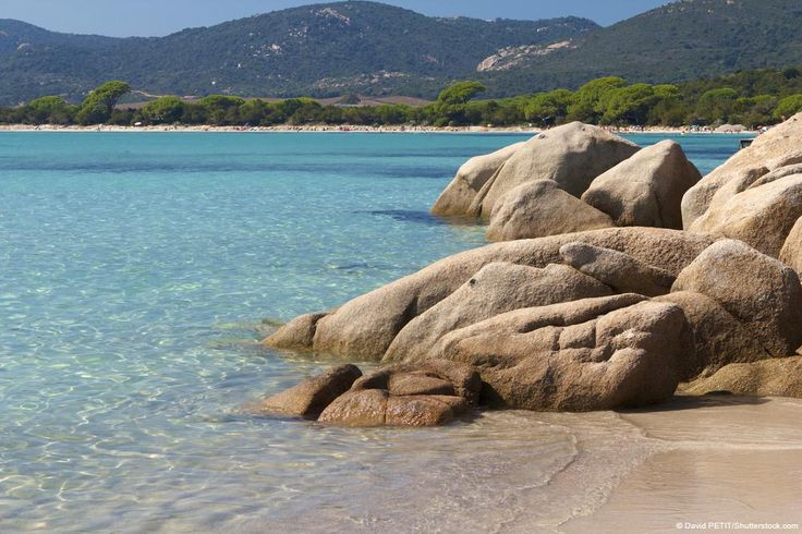 La plage de Santa Giulia, située sur la commune de Porto-Vecchio, est baignée par la mer Tyrrhénienne entre l'Italie et la Corse.