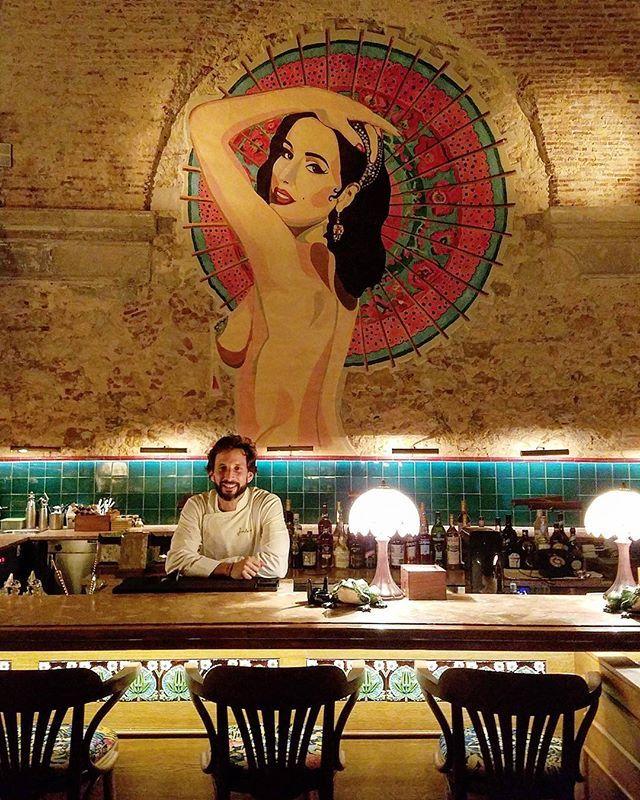 Pouca gente sabe que há uma sala de shows estilo cabaré escondida nos fundos do @BairroDoAvillez. Chamado de Beco do Avillez (@JoseAvillez é o chef desse e de outros restaurantes badalados de Portugal como o estrelado Belcanto) é supercharmoso e tem o selo de qualidade da marca. Nossa editora de lifestyle @RobertaMalta saiu de lá apaixonada pelo décor e a qualidade dos drinques   via MARIE CLAIRE BRASIL MAGAZINE OFFICIAL INSTAGRAM - Celebrity  Fashion  Haute Couture  Advertising  Culture…