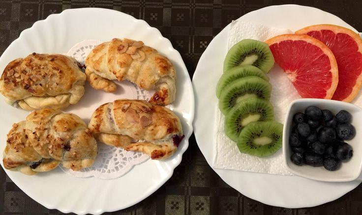 Colazione continentale dolce - croissant appena sfornati e frutta fresca!