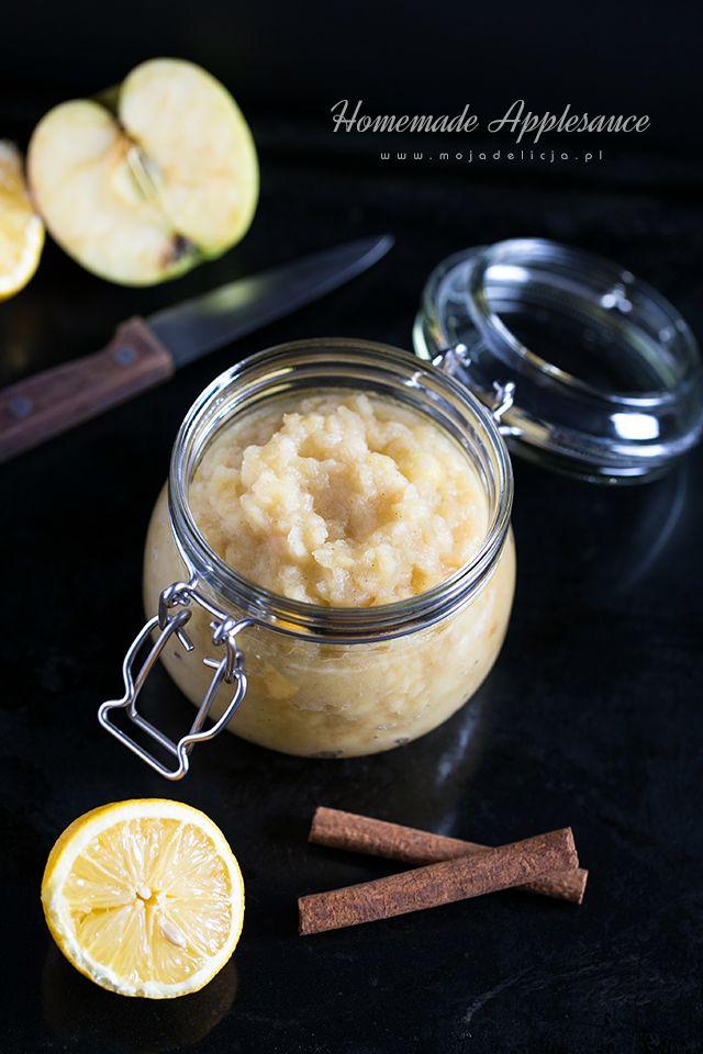 Domowy mus jabłkowy pachnący cynamonem. W zależności od pożądanej konsystencji mus jabłkowy miksujemy blenderem lub ugniatamy widelcem/ugniataczem do ziemniaków. Gotowy mus jabłkowy można przełożyć do słoików i zawekować. Używać jako składnik do ciast, deserów, naleśników.  Jabłka obrać, pokroić w ósemki a następnie w kostkę. Wrzucić do szerokiego, dużego rondla. Wsypać cukier, dodać ziarenka z...