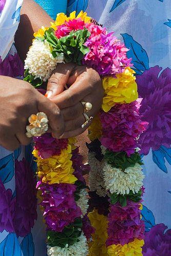 Accueil traditionnel à l'aéroport - Mayotte © michel BORDIEU