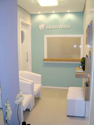 Projeto desenvolvido pelo escritório 501 Arquitetura para um consultório Odontológico de uma jovem dentista. Todo projeto de interiores foi elaborado em conjunto com a comunicação visual do empreendimento. Recepção do consultório com guiche no gesso acartonado. Espelho no hall é uma ótima forma de ampliar o espaço
