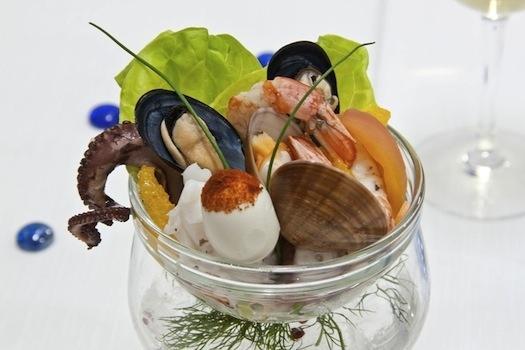 Cocktail di frutti di mare con insalatine croccanti. Un must per chi ama la freschezza. #alchiardiluna #ilmatrimoniochestaisognando #wedding #matrimonio #nozze #bride #sposi #napoli #food #fooddesign