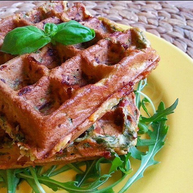 Hartige wafel met spinazie spek en kaas: 1 ei, 25 gr speltmeel (of ander meel), 1 el kaas, 20 gr mager spek gepakken en kleine stukjes, gandvol spinazie, 1,5 el cottage cheese