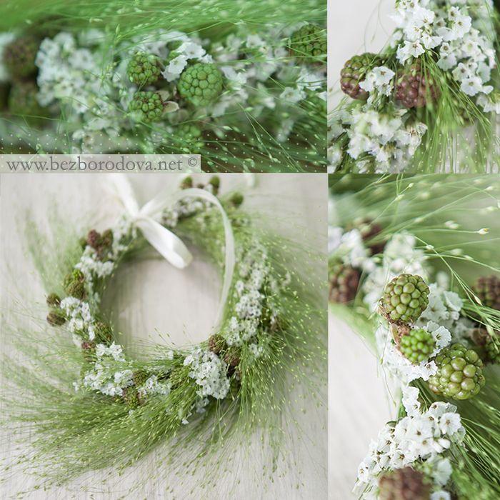 Зеленый белый венок из ягод и трав для летней свадьбы