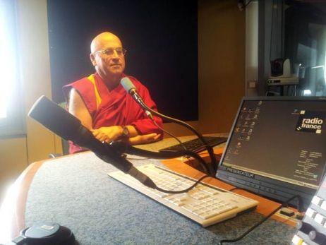 Matthieu Ricard, scientifique, moine bouddhiste depuis plus de 40 ans est aussi le traducteur officiel du dalaï-lama. Star planétaire, son livre Le moine et le philosophe s'est vendu à des centaines de milliers d'exemplaires (300.000 en France). Il a été traduit dans 23 langues. Un livre qu'il a écrit avec son père, le philosophe Jean-François Revel (ils n'ont pas le même nom car Revel était un pseudonyme). #franceinfo