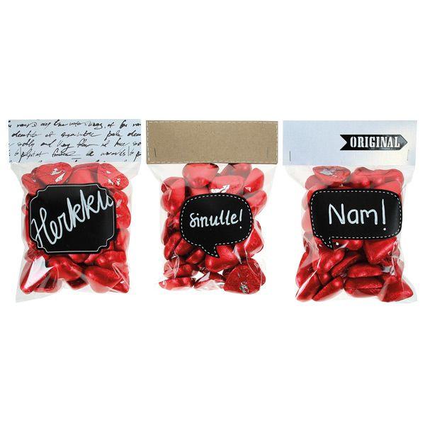 Kivoja lahjoja ovat myös sellofaanipusseista koristellut herkkupussit. Sinellistä saat pussien täytteeksi herkullisia suklaasydämiä.