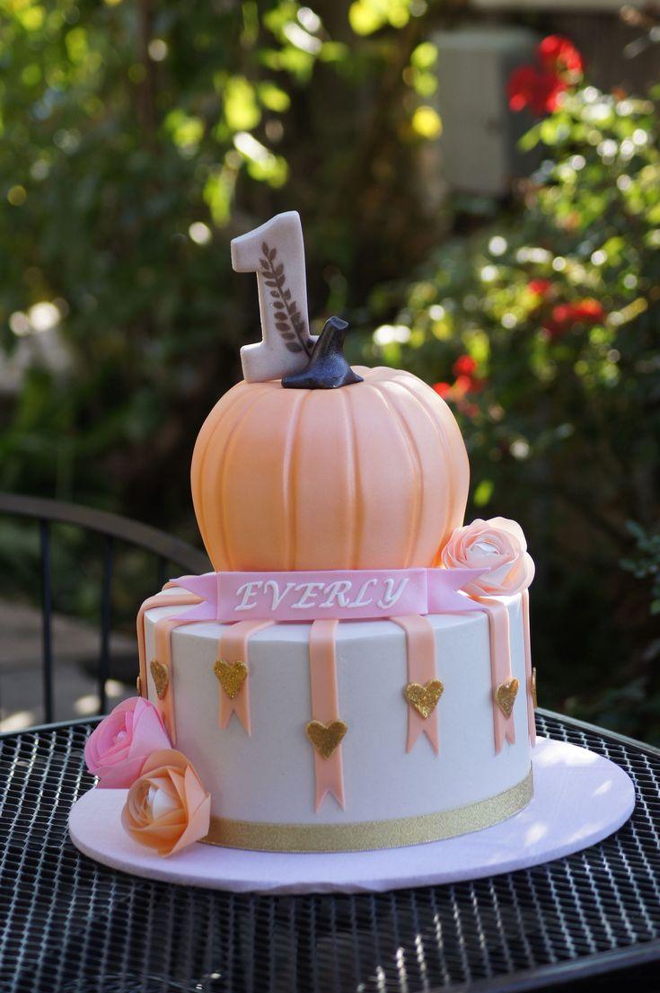 Kürbis-Geburtstagstorte Niedliche abgestufte Geburtstagstorte mit Kürbis-Oberteil …   – Pumpkin birthday parties