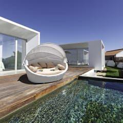 Weiße Rattan Lounge von LuxuryGarden.it.
