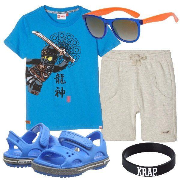 Per le giornate più calde, sandali di gomma con pantaloncini e t-shirt con stampa di un samurai. Aggiungiamo occhiali da sole e braccialetti di gomma. Adatto a bambini dai sei agli otto anni.