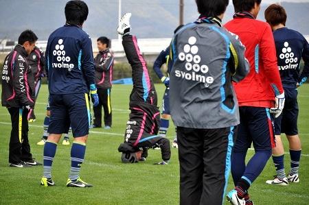 Great Marijan Pušniks; the coach of Avispa Fukuoka@52歳、福岡・プシュニク監督の三点倒立に拍手喝さい