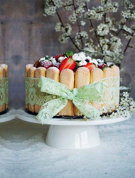 Torcik CharlotteFot. Daria Dzida z mysweetworld.pl #tort #ciasta #wypieki #torty #torcik #desery #słodkie #jedzenie #urodziny #imieniny #owoce #owocowy #prosty #łatwy #szybki #wiosenny #lato #charlotte #torciki #przepisy #przepis #gotowanie #niespodzianka #kokardka