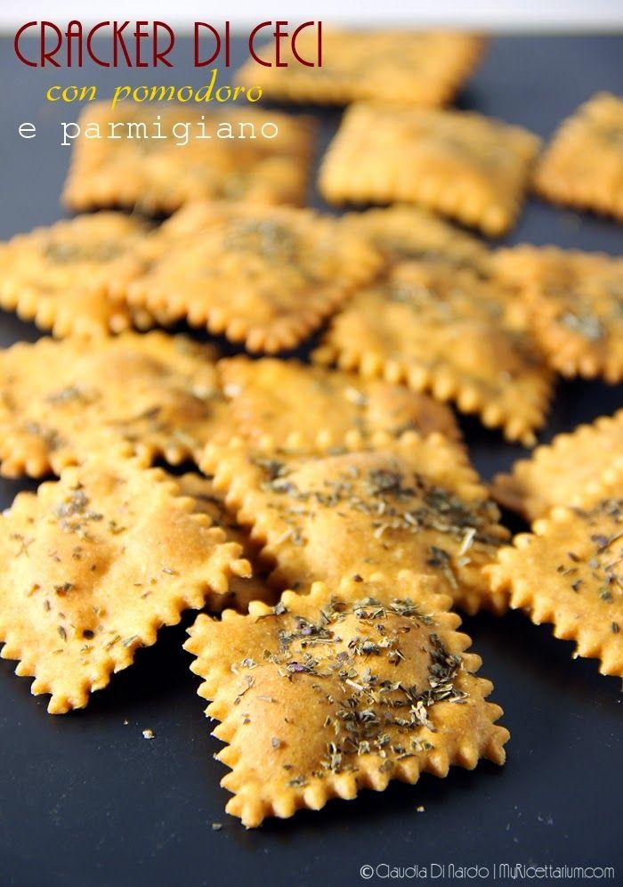 Cracker di ceci con pomodoro e parmigiano