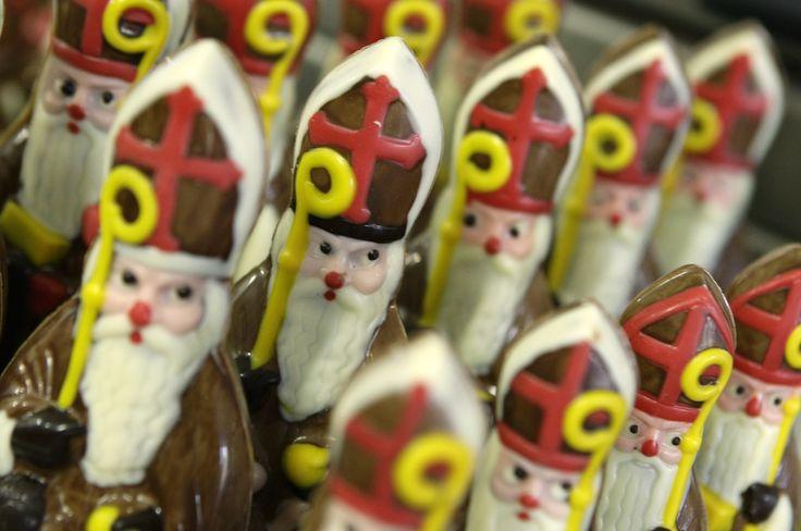ročno izdelani čokoladni Miklavži. (Handgemaakte Sinterklazen van chocola)