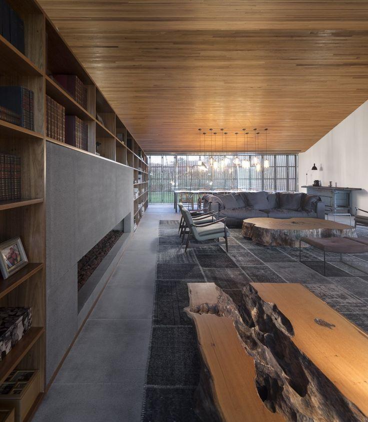 integração tecto madeira com movel - madeira dobra e continua nas duas primeiras prateleiras (fechadas com portas). Em baixo mais escuro, integrando espaço para tv.