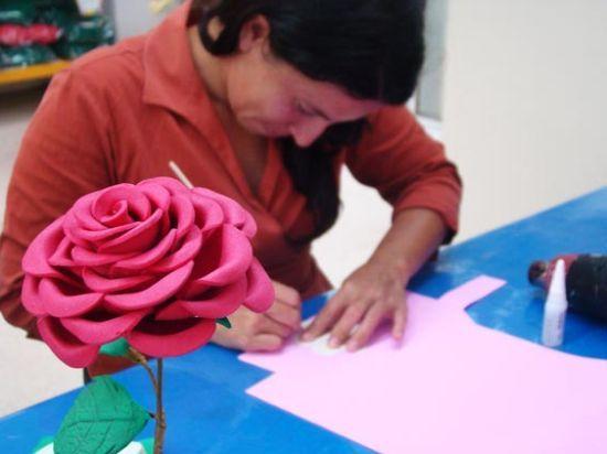 Esta rosa de EVA é perfeita para usar em sua decoração (Foto: Divulgação)