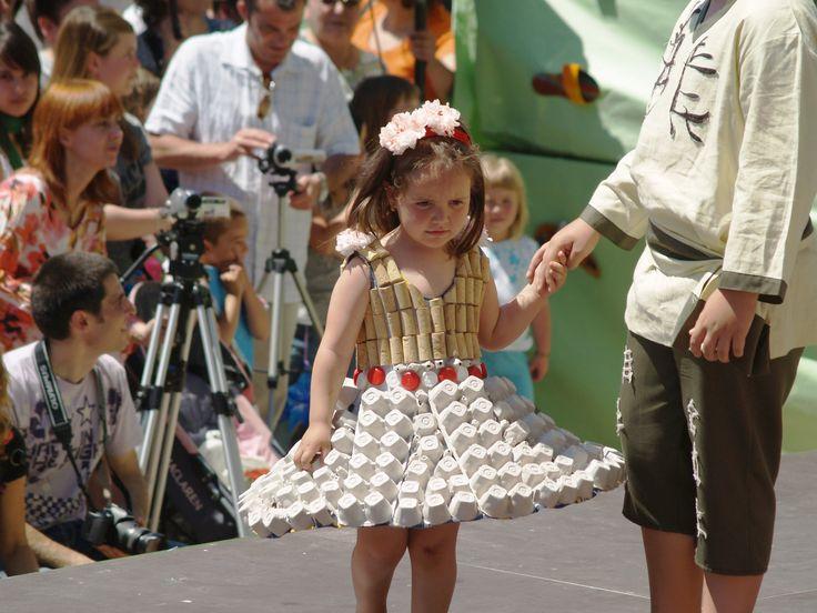 Vestido elaborado con corchos de botella y hueveras