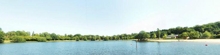 Espace Hermeline à Bussière-Galant vue du plan d'eau. L'Espace Hermeline vous propose de nombreuses activités familiales réparties sur un ensemble de loisirs qui s'étend sur 20 hectares : vélo-rail (petits engins légers sur rail), parcours aventure dans les arbres, méga tyrolienne (400 m de glissade à 23 m de haut au dessus du plan d'eau), minigolf, tennis, petit chemin de fer, piste de BMX, paintball, plage surveillée en saison. En savoir plus sur http://www.tourisme-hautevienne.com