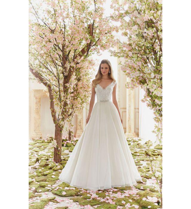 Szukasz wyjątkowej, eleganckiej a zarazem oryginalnej sukni ślubnej? Sprawdź model sukni MORI LEE 6836 VOYAGE