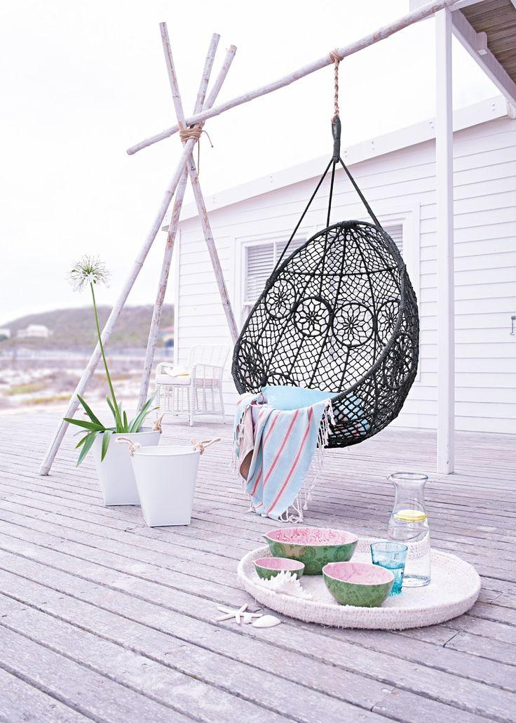 Cocon en rotin pour une terrasse bohème et détendue