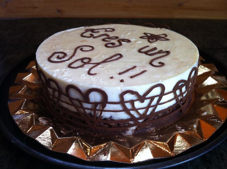 Tarta de chocolate blanco con base de arroz inflado y chocolate, una delicia!