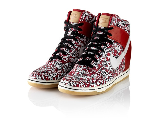 NIKE, Inc. - Nike Sportswear x Liberty Collection. Zapatillas con taco escondido