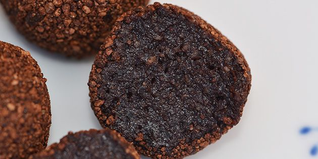 Ultralækre sunde trøfler med mandler, dadler og kakao, der er nemme at lave og smager helt fantastisk. Og så kan man tage en ekstra trøffel med god samvittighed.