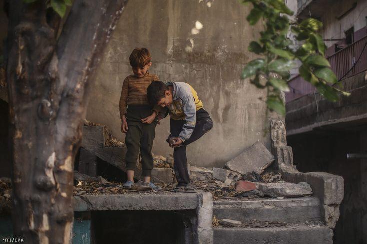 Szíriai kisfiúk játszanak az utcán Damaszkusz felkelõk uralta Tesrín nevû negyedében 2016. március 22-én.