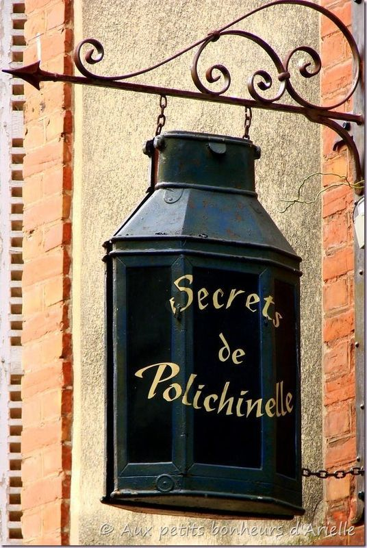 *Enseigne; Secrets de Polichinelle*