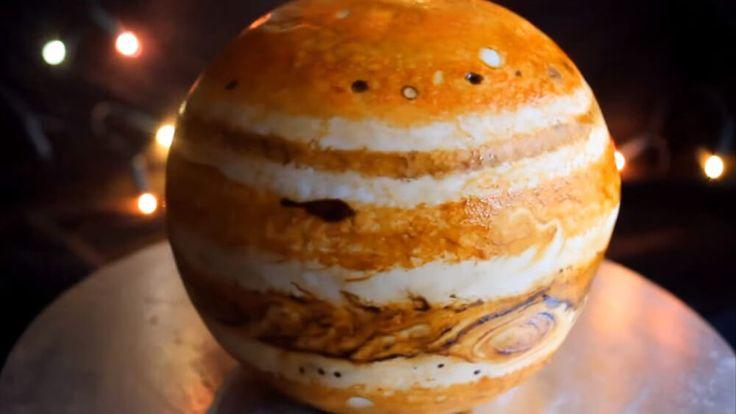 Wenn du an Weihnachten richtig glänzen willst, solltest du diesen Jupiter-Kuchen ausprobieren. Wir haben die passen Fakten über den Planet dazu.