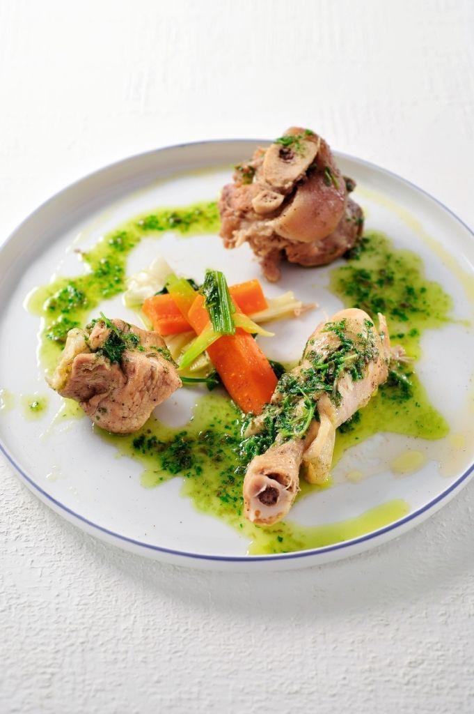 Bereiden:Maak de bollito misto:Spoel het vlees onder koud stromend water. Leg het in een grote pan en voeg water toe, zorg dat het vlees volledig onder water staat. Zet het deksel op de pan. Voeg 1 stengel selder, 1 wortel en 1 preiwit toe. Kruid met peper en zout en laat 1h30 sudderen.Voeg de rest van de groenten toe en laat nog 10 min. sudderen. Verwijder het vlees met een schuimspaan en versnijd in kleinere stukjes.Maak de salsa verde: