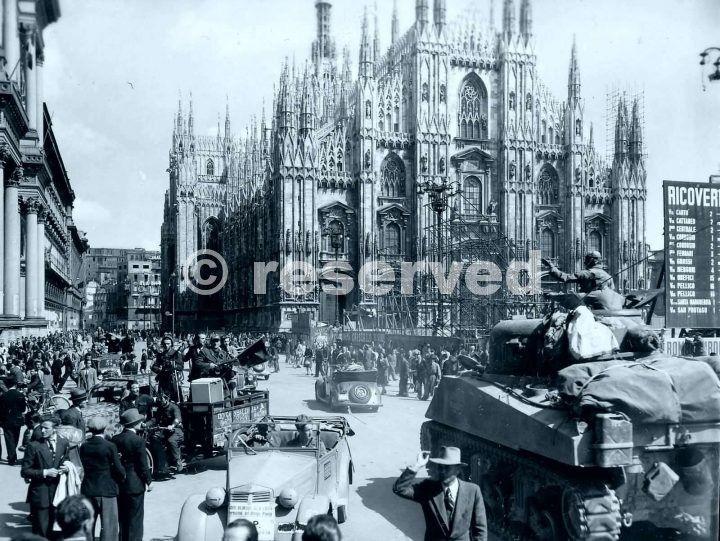 Carri della 1a divisione corazzata americana entrano in piazza Duomo aprile 1945_ww2