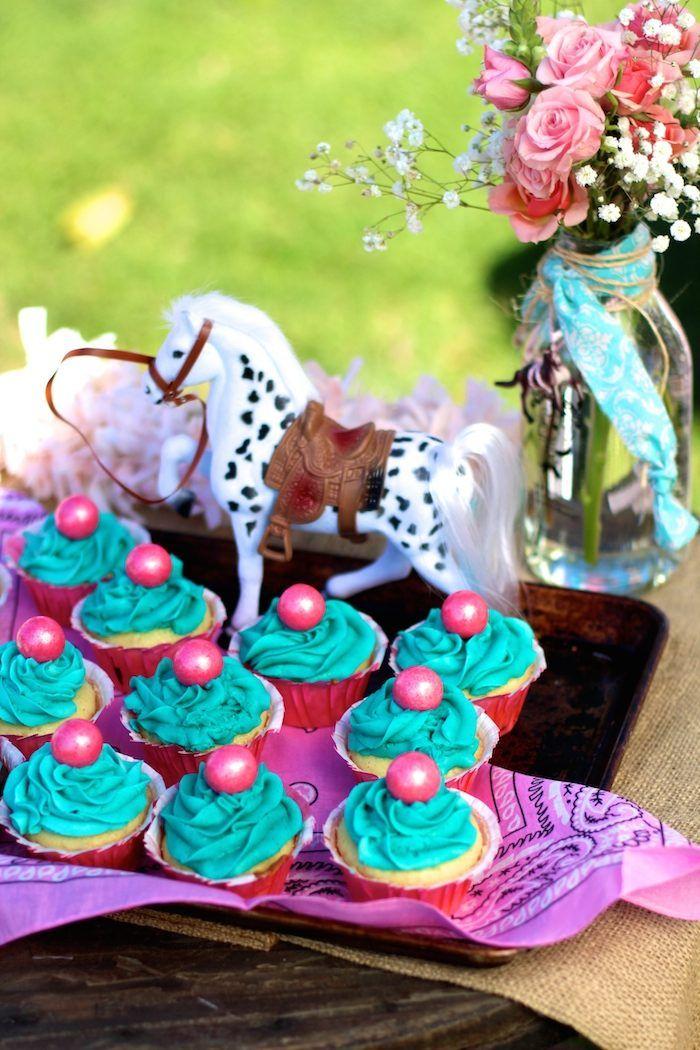 Vaqueira do partido temático aniversário com muitas ideias realmente bonito via Idéias do partido de Kara    Bolo, decoração, cupcakes, jogos e muito mais!  KarasPartyIdeas.com #cowgirlparty #westernparty #partyideas #partydecor (16)