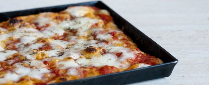 La Ricetta della Pizza in Teglia: fatta con una pasta lievitata soffice e leggera, scoprite tutti i segreti per preparare l'impasto a casa con Agrodolce.