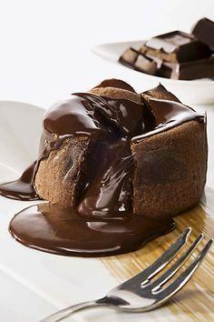Υγρό Κέικ Σοκολάτας με Σάλτσα Σοκολάτας | ION Sweets