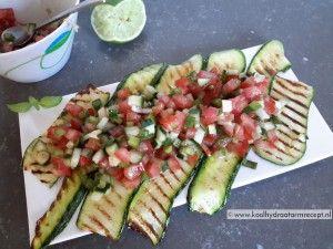 Salsa van tomaat Waarom niet ietsje fijner snijden en presenteren op gegrilde courgetteplakken?
