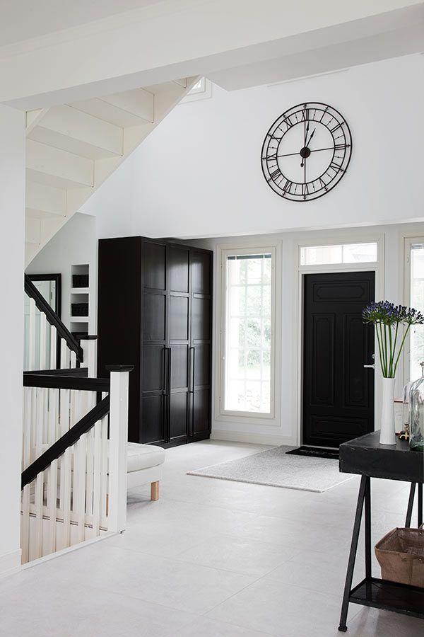 Musta ovi, symmetriaa, ikkunat oven ympärillä