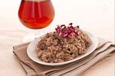 Il risotto alla birra con radicchio e salsiccia è un saporito primo piatto preparato con radicchio di Chioggia, salsiccia e birra al radicchio.
