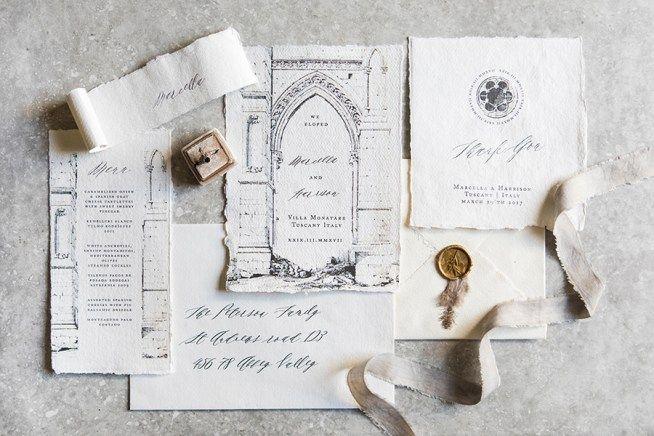 bröllopsinbjudan av handgjort papper med kalligrafi och akvarell