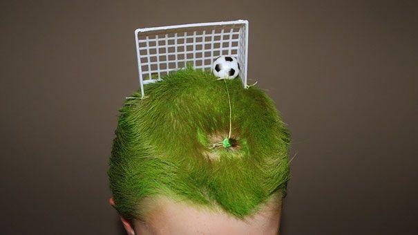 Niño con el cabello color verde simulando un campo de fútbol
